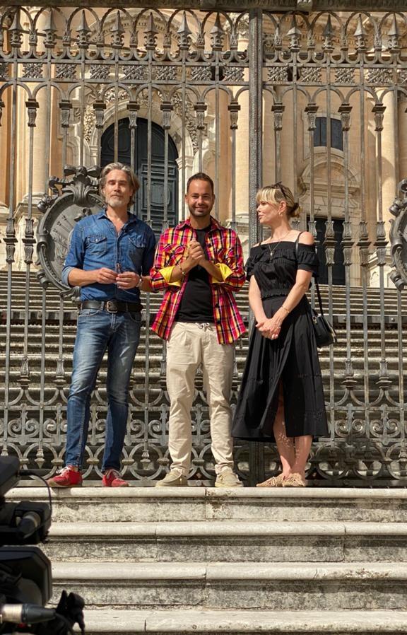 I tre conduttori davanti alla chiesa di San Giorgio, Ragusa Ibla